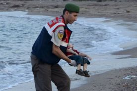 A-Turkish-gendarmerie-carries-a-young-migrant.Nilufer Demir